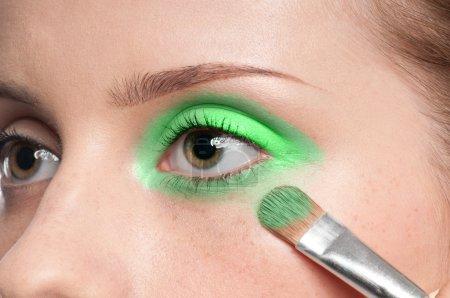 女人化妆品油漆刷在眼区中的应用_高清图片_邑石网