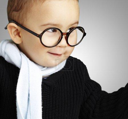 可爱的孩子打手势怀疑反对灰色酒泉的肖像