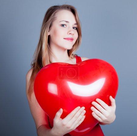 红色的心的快乐女人